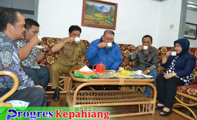 Gubernur Ridwan Mukti minum teh