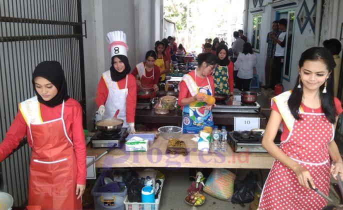Putri Pariwisata memasak