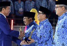 Bupati Hidayattullah menerima korpri Award