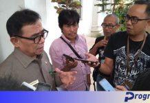 Jurnalis mewawancarai bupati