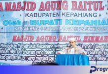 Khatib menyampaikan khutbah