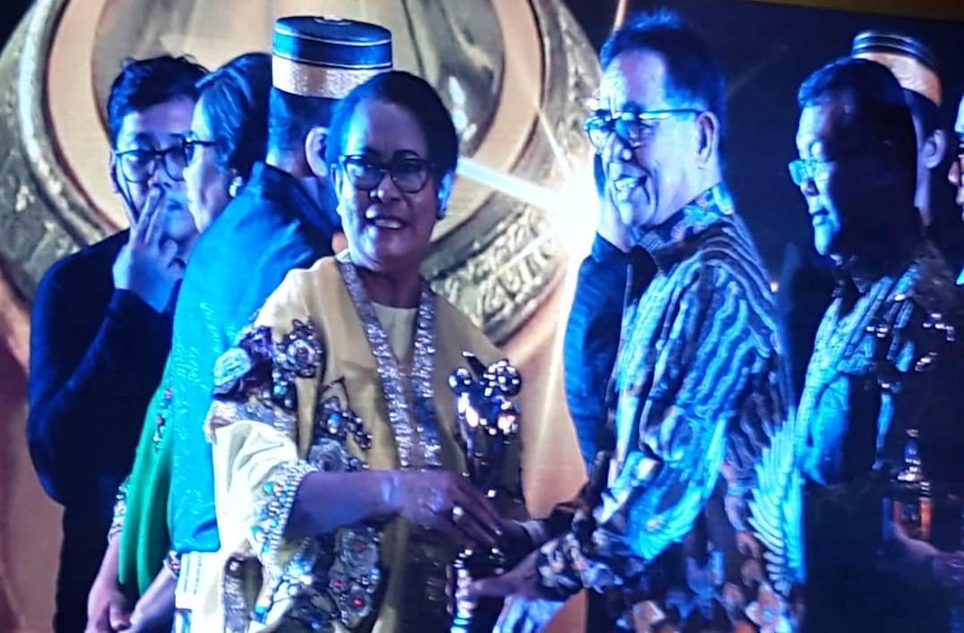Menteri Yohana memberikan penghargaan