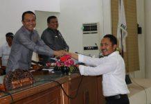 Sekretaris DPRD menyerahkan SK