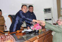 Anggota DPRD Dwi Pratiwi menyerahkan dokumen Kode etik