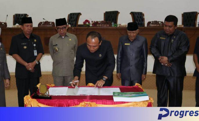 Ketua DPRD menandatangani