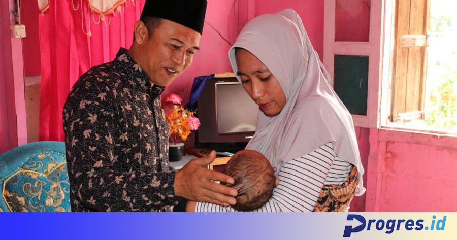 Ketua DPRD Windra saat mengunjungi bayi Arsyah