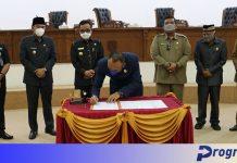 Ketua DPRD Windra Purnawan menandatangani nota kesepakatan
