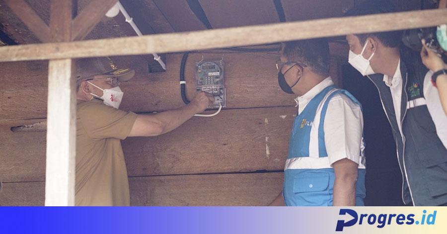 gubernur menyalakan meteran listrik
